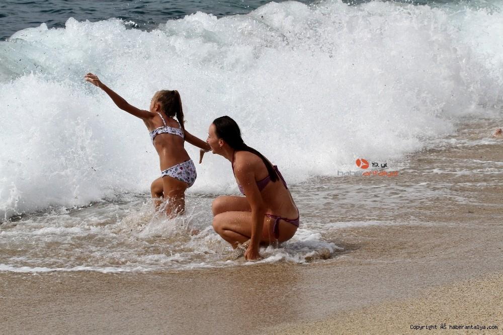 2020/10/turistlerin-kapali-havada-dev-dalgali-deniz-keyfi-20201028AW15-4.jpg