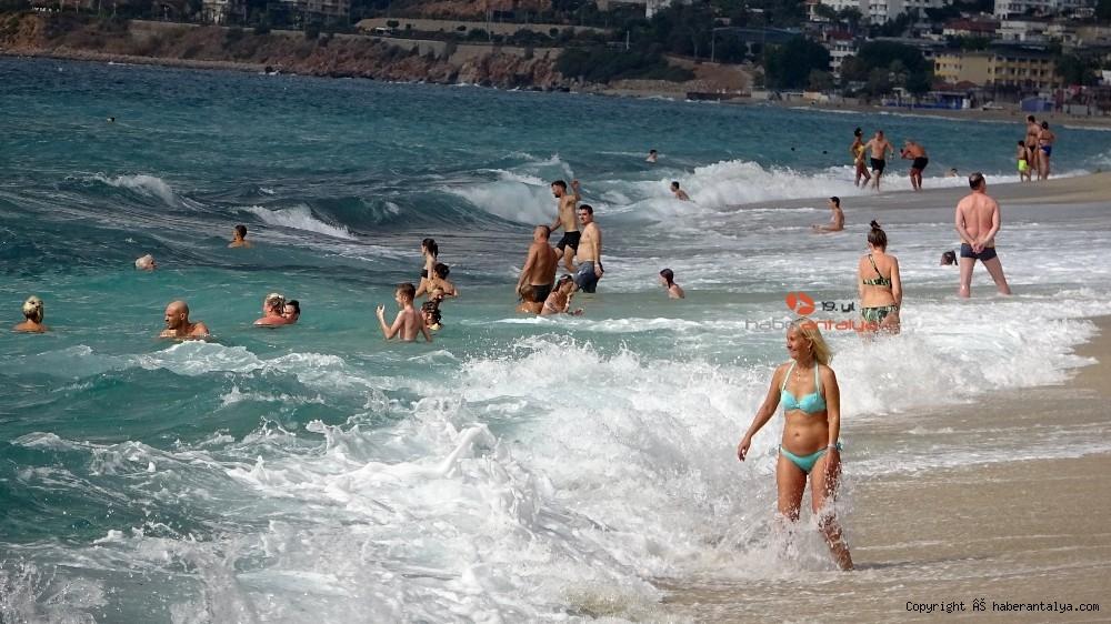 2020/10/turistlerin-kapali-havada-dev-dalgali-deniz-keyfi-20201028AW15-5.jpg