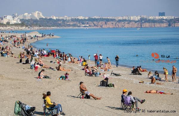 2020/11/kisitlama-sonrasi-sahilde-sosyal-mesafe-unutuldu-6bd9fe4922d1-1.jpg