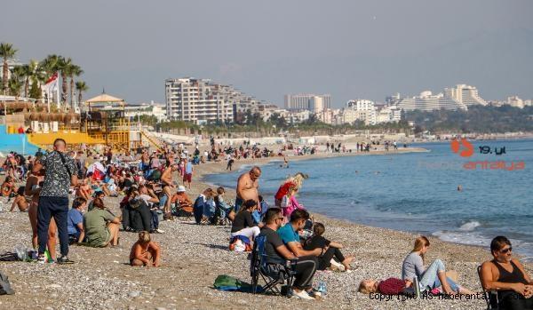 2020/11/kisitlama-sonrasi-sahilde-sosyal-mesafe-unutuldu-6bd9fe4922d1-3.jpg