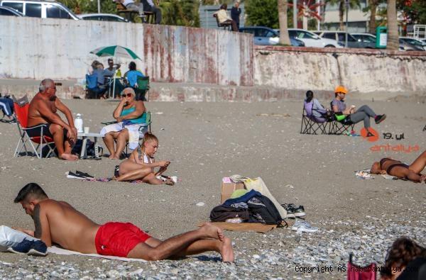 2020/11/kisitlama-sonrasi-sahilde-sosyal-mesafe-unutuldu-6bd9fe4922d1-4.jpg