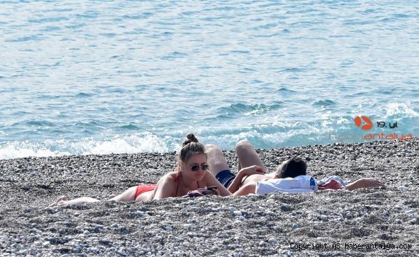 2021/01/kisitlamada-turistlerin-sahilde-gunes-keyfi-f17415ffe109-1.jpg