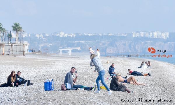 2021/01/kisitlamada-turistlerin-sahilde-gunes-keyfi-f17415ffe109-2.jpg