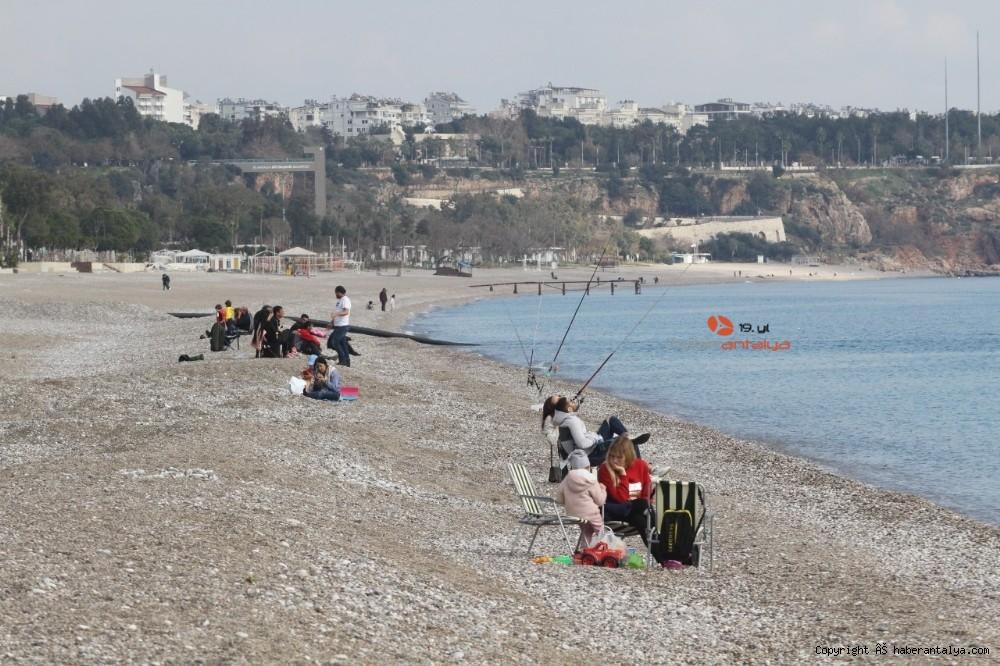 2021/01/konyaalti-sahilinde-denizin-rengi-degisti--20210123AW22-11.jpg