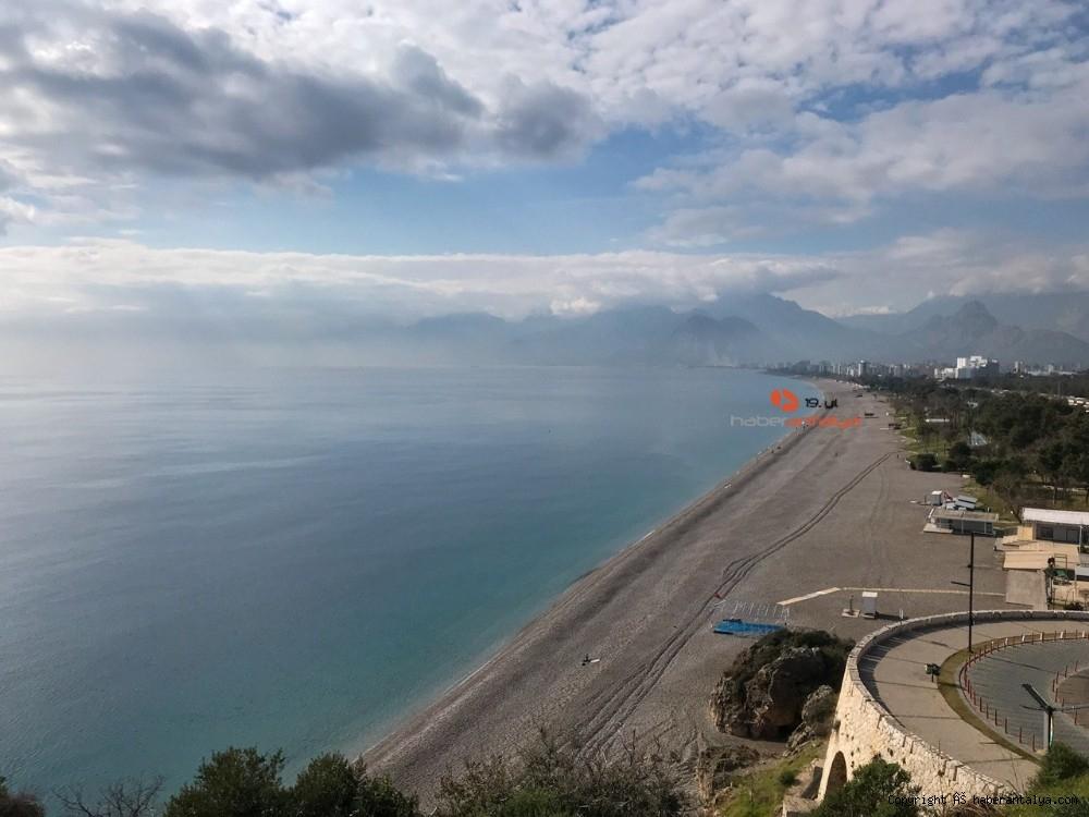 2021/01/konyaalti-sahilinde-denizin-rengi-degisti--20210123AW22-3.jpg