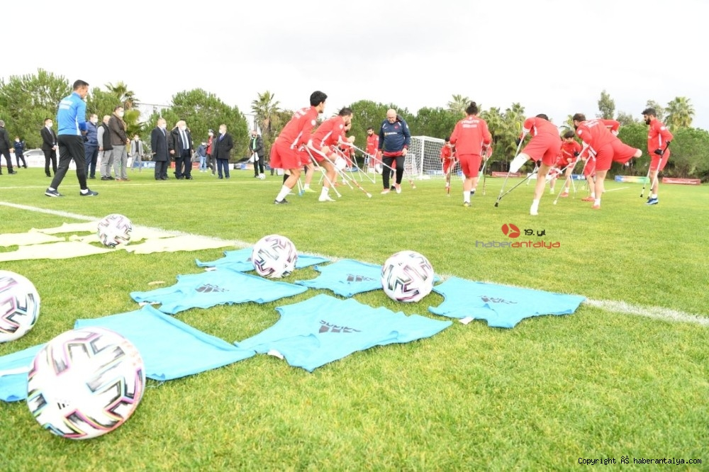 2021/01/vali-yazici-antalyada-kamp-yapan-ampute-futbol-ve-okculuk-milli-takimi-ile-bulustu-20210125AW22-7.jpg