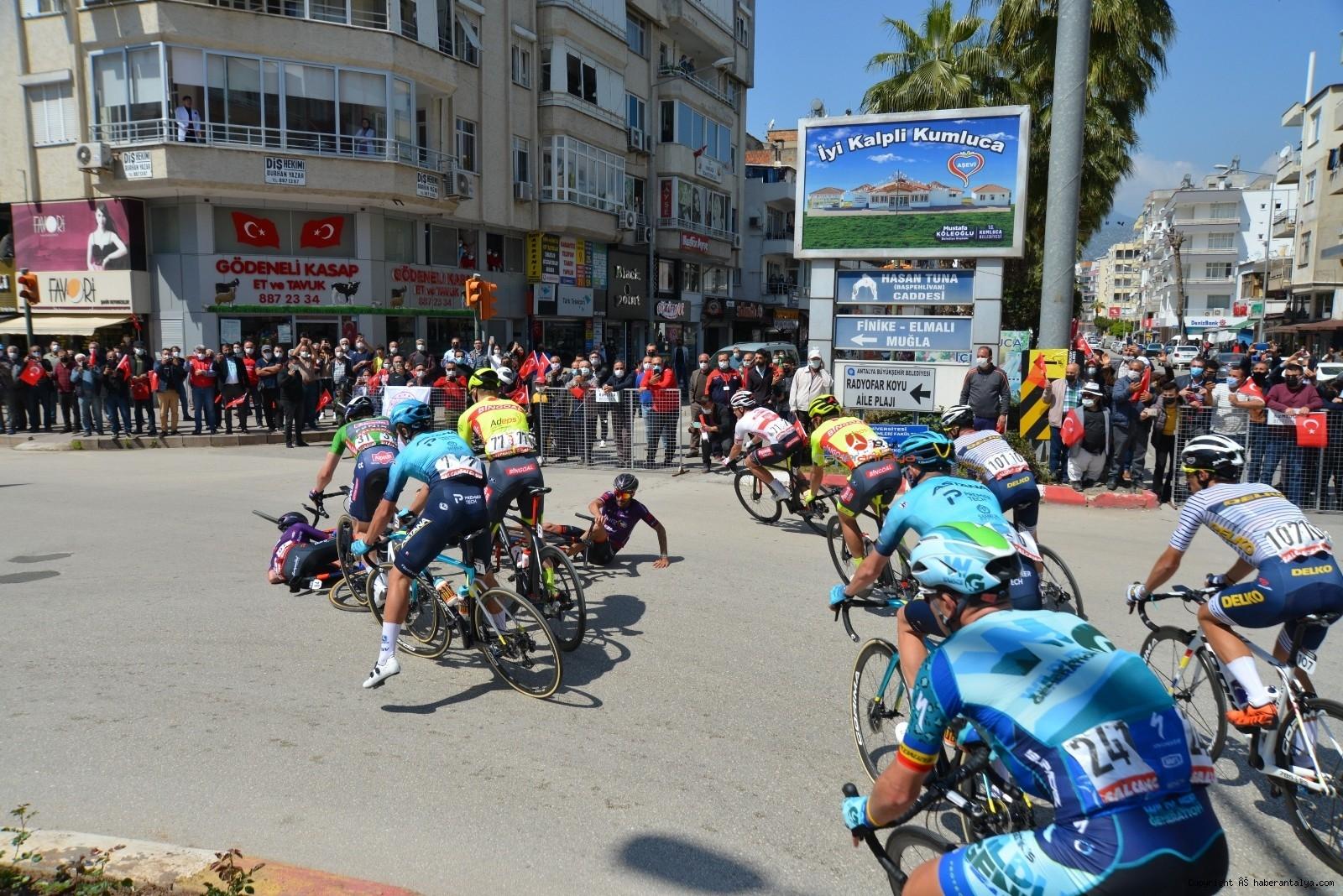 2021/04/56-cumhurbaskanligi-turkiye-bisiklet-turunda-kaza-ucuz-atlatildi-20210415AW29-1.jpg
