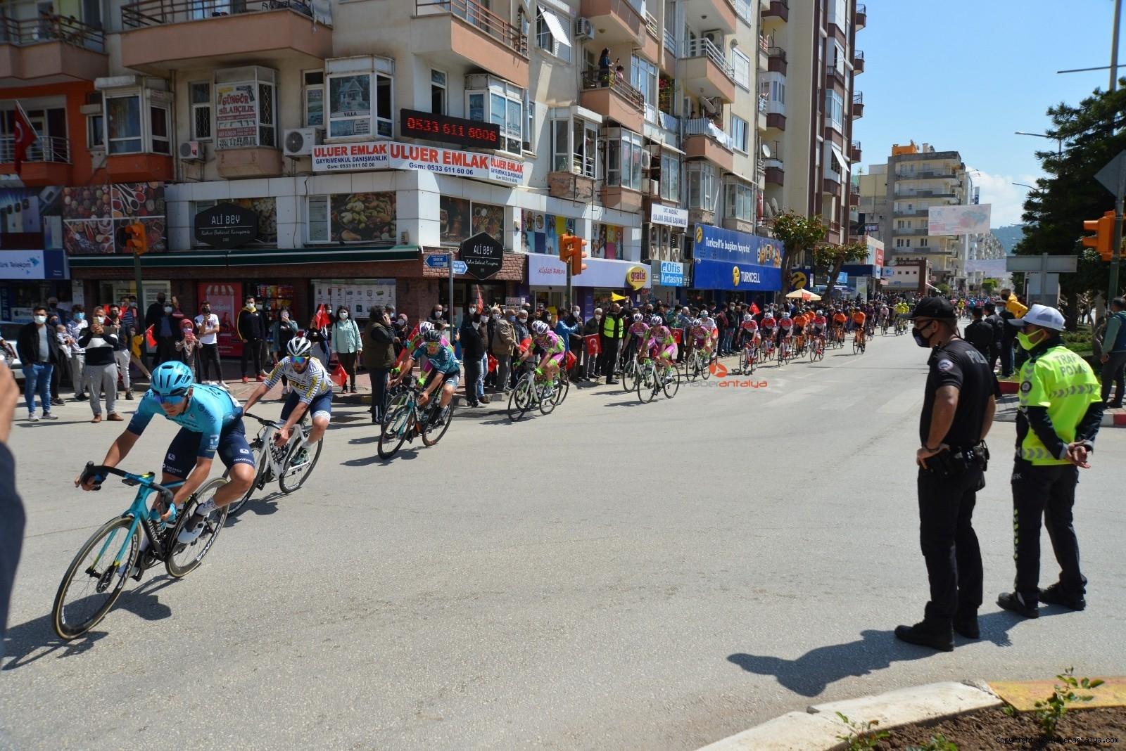 2021/04/56-cumhurbaskanligi-turkiye-bisiklet-turunda-kaza-ucuz-atlatildi-20210415AW29-2.jpg