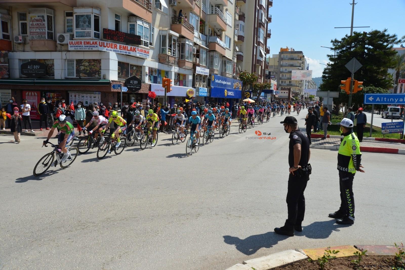 2021/04/56-cumhurbaskanligi-turkiye-bisiklet-turunda-kaza-ucuz-atlatildi-20210415AW29-3.jpg