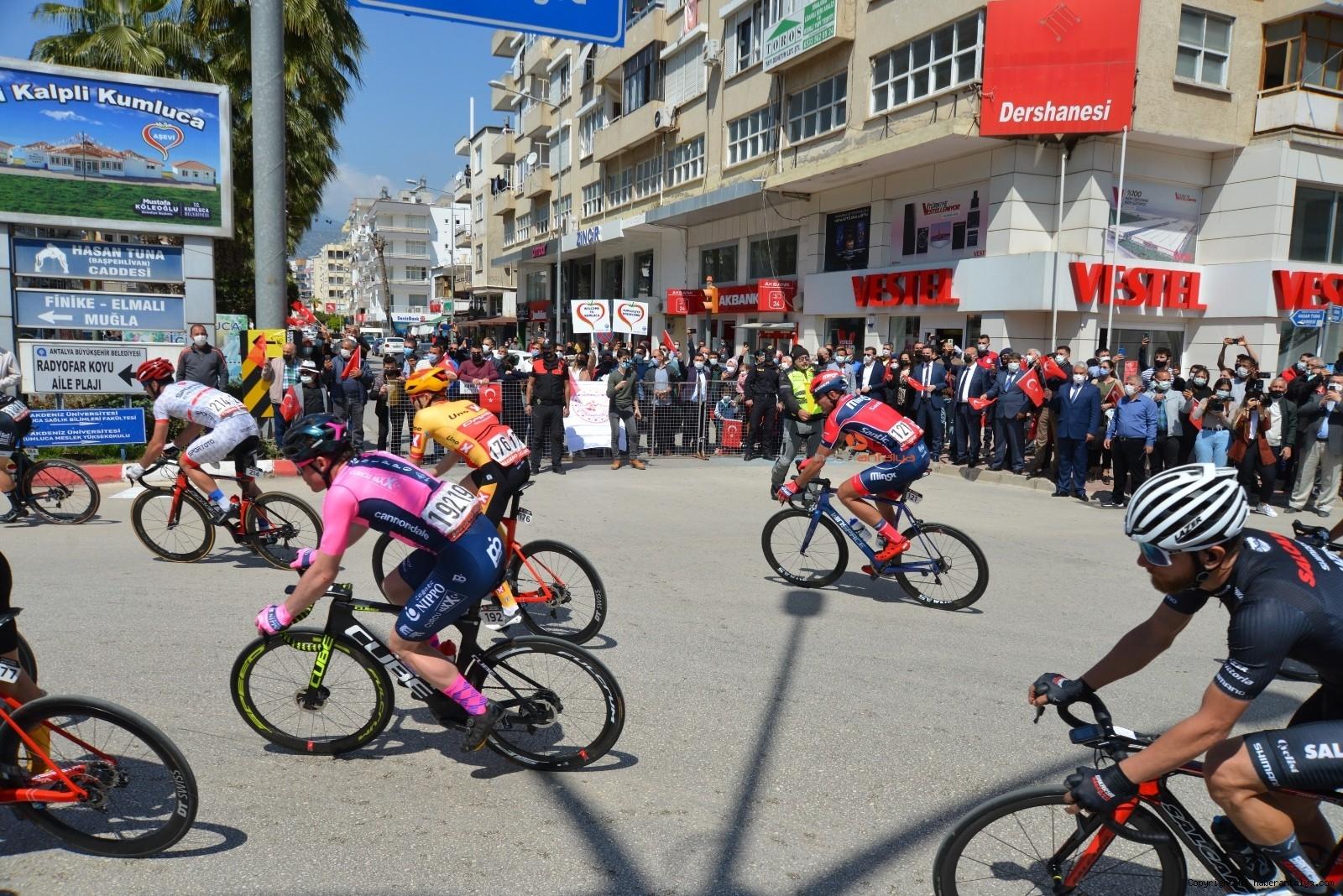 2021/04/56-cumhurbaskanligi-turkiye-bisiklet-turunda-kaza-ucuz-atlatildi-20210415AW29-4.jpg