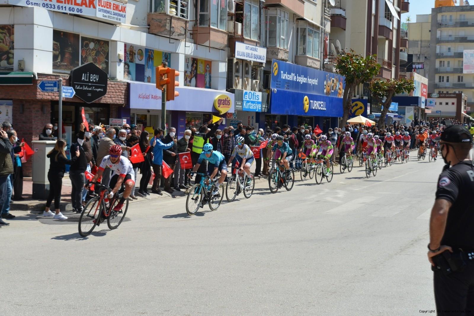 2021/04/56-cumhurbaskanligi-turkiye-bisiklet-turunda-kaza-ucuz-atlatildi-20210415AW29-6.jpg