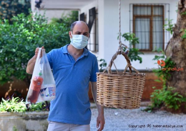 2021/05/pandemi-donemine-esnaf-cozumu-balkondan-bakkal--ce1ce421dc7a-5.jpg