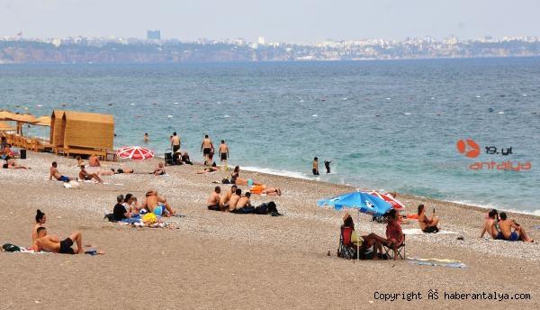2021/06/antalyada-turistler-bulutlu-havada-da-sahili-doldurdu-f9835165a1bc-1.jpg