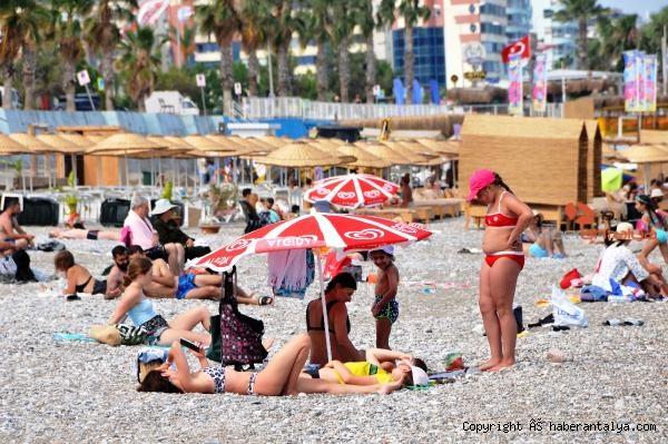 2021/06/antalyada-turistler-bulutlu-havada-da-sahili-doldurdu-f9835165a1bc-2.jpg