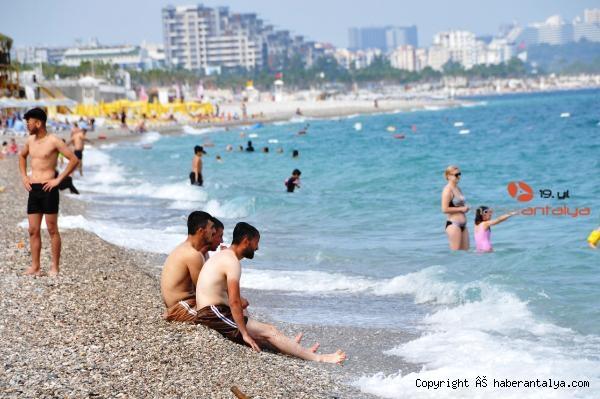 2021/06/antalyada-turistler-bulutlu-havada-da-sahili-doldurdu-f9835165a1bc-3.jpg