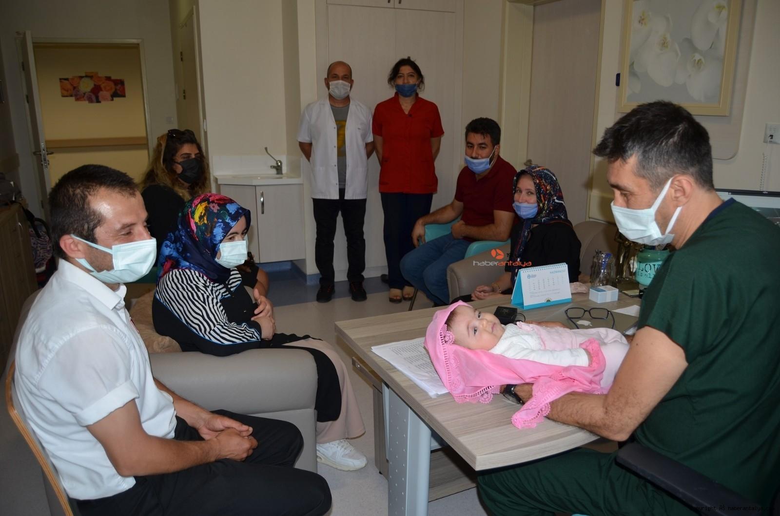 2021/06/asilama-yoluyla-bebek-sahibi-olanlar-tedavi-gordukleri-hastanede-doktorlarla-bir-araya-geldi-20210622AW35-2.jpg