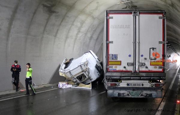 2021/06/devrilen-tir-tuneli-tikadi-trafik-felc-oldu--513ee7bd5a79-1.jpg
