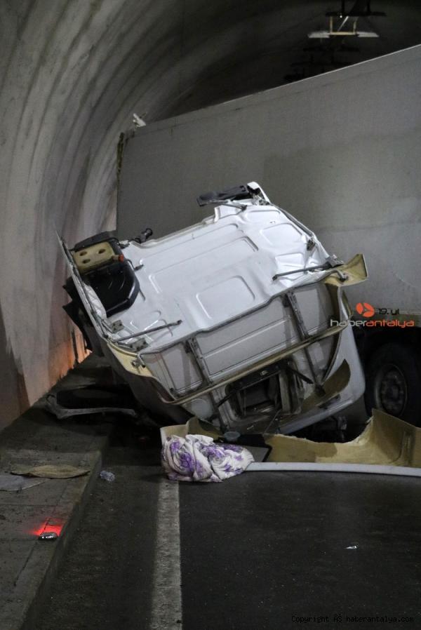 2021/06/devrilen-tir-tuneli-tikadi-trafik-felc-oldu--513ee7bd5a79-2.jpg