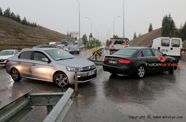 2021/06/devrilen-tir-tuneli-tikadi-trafik-felc-oldu--513ee7bd5a79-4.jpg