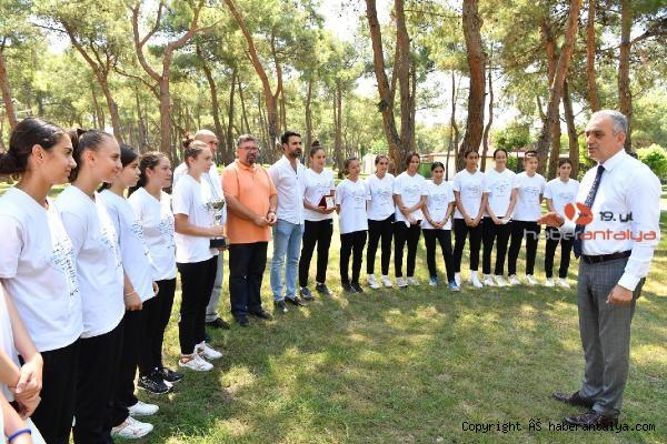 2021/07/baskan-esen-turkiye-sampiyonu-hentbolcularla-bulustu-0718fece626c-1.jpg