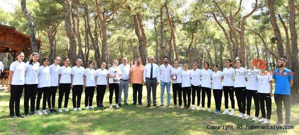 2021/07/baskan-esen-turkiye-sampiyonu-hentbolcularla-bulustu-0718fece626c-2.jpg