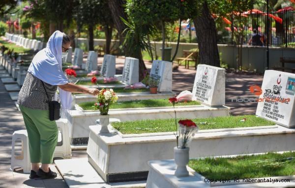 2021/07/mezarliklarda-bayram-ziyareti-yogunlugu-4de9d40eb997-1.jpg