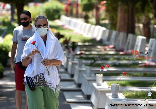 2021/07/mezarliklarda-bayram-ziyareti-yogunlugu-4de9d40eb997-3.jpg