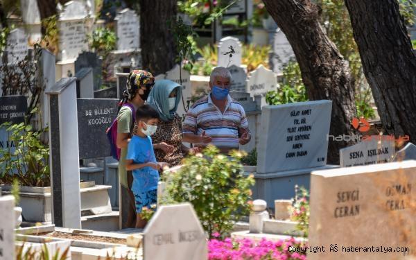 2021/07/mezarliklarda-bayram-ziyareti-yogunlugu-4de9d40eb997-4.jpg