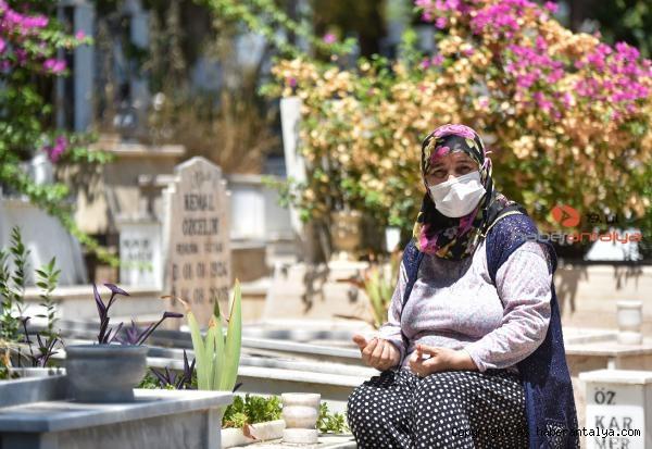 2021/07/mezarliklarda-bayram-ziyareti-yogunlugu-4de9d40eb997-5.jpg