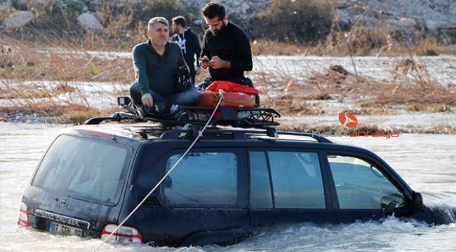 Akarsuyun ortasında kalan arazi aracı halatlarla kurtarıldı