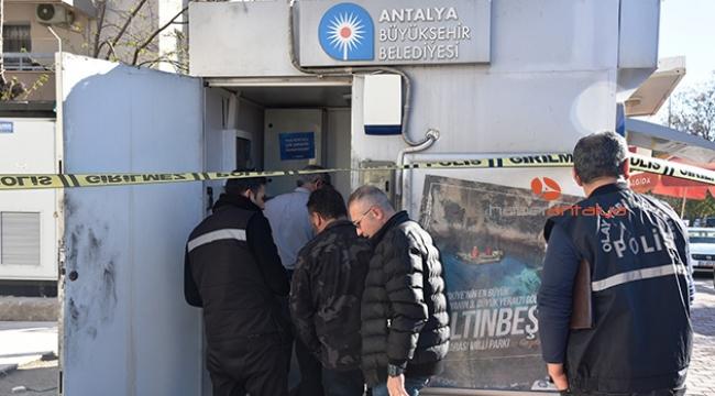 ATM'nin kapısını kırıp madeni paraları çaldılar