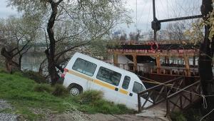 El freni tutmayan Minibüs Manavgat ırmağına uçtu