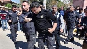 Gürültü ihbarına giden polisi bıçakladılar