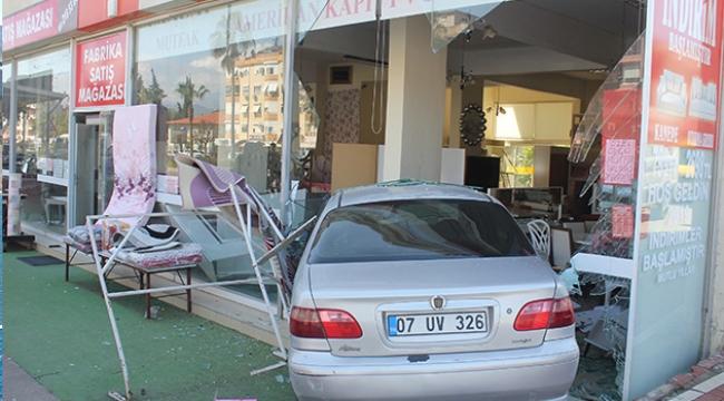 Kaza yapan otomobil mobilya mağazasına girdi