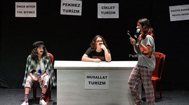 Zeytinköy'ün tiyatrocu çocukları ayakta alkışlandı