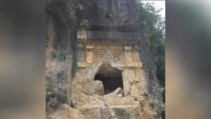 2 bin 500 yıllık kaya mezarı parçalandı