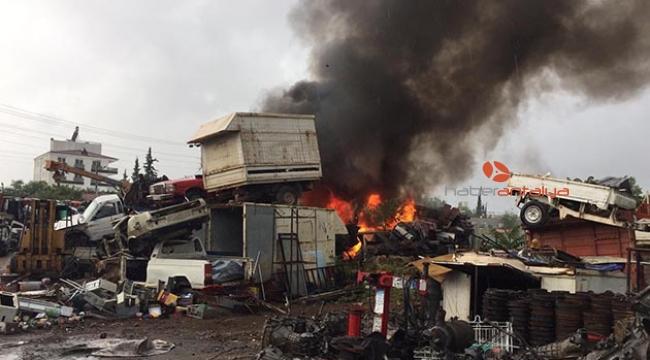 Antalya'da düşen yıldırım araçları yaktı