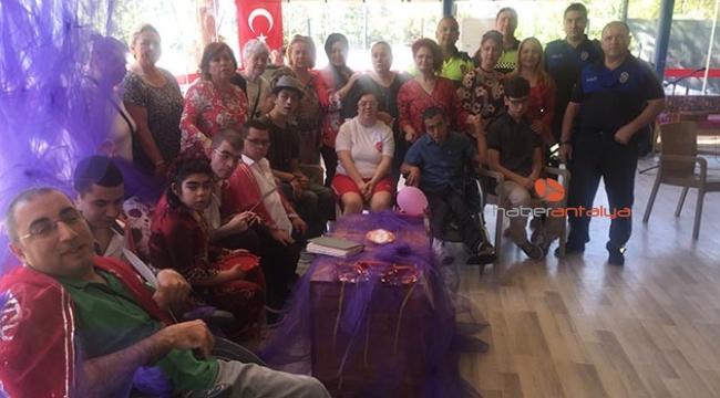 Antalya Polisi engelli gençlerin temsili asker kına törenine katıldı