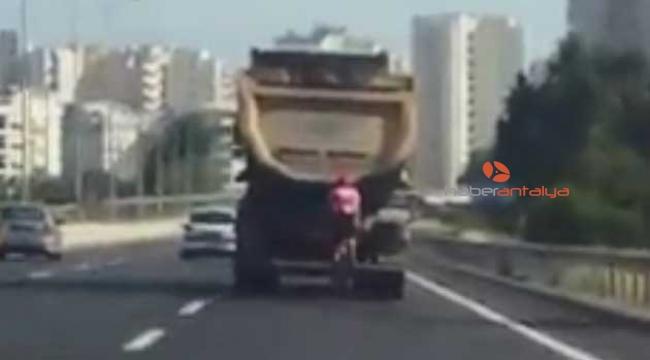 Bisikletli, 100 kilometre hızla giden kamyondan yol istedi