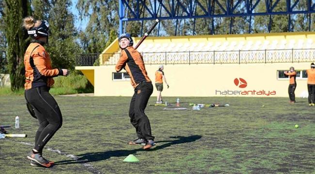 Finlandiyalı kadın beyzbolcular kamp için Antalya'da