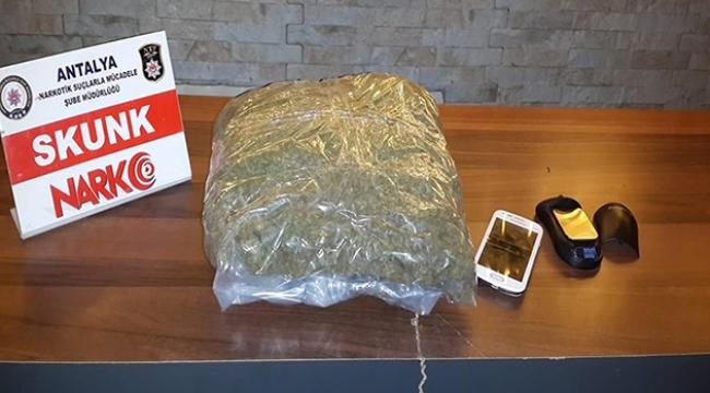 Valizinde uyuşturucuyla yakalandı