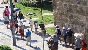 Turistler şemsiyelere sığındı!