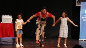 AKBEM öğrencileri sihirbaz ve jonglörle eğlendi