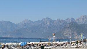 Antalya'da çöl sıcakları tatilcileri durdurmadı