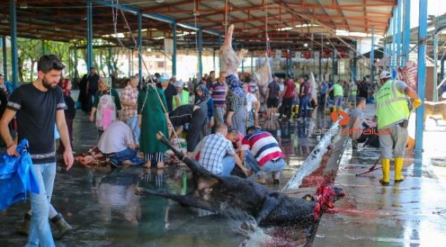 Antalyalılar kurbanlarını kesim merkezlerinde kesti