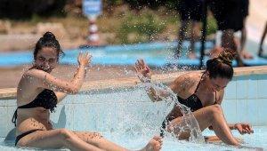 Arife günü havuzlar tıklım tıklım doldu