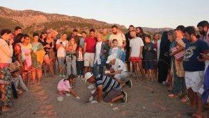 Çıralı Plajı gündüz insanların, gece Caretta'ların