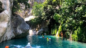 Göynük Kanyonu'nun güzelliklerini keşfedip, suyunda serinliyorlar