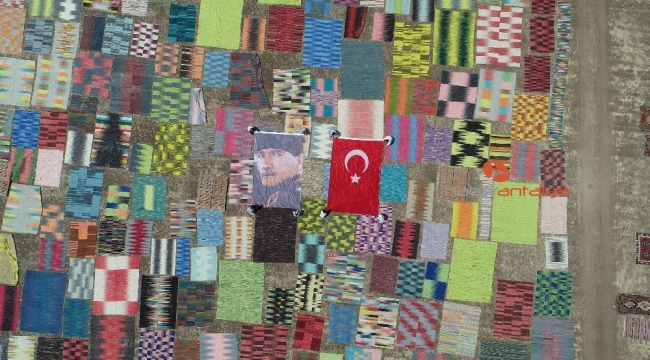 Halı tarlasında dev Atatürk posteri ve Türk bayrağı açtılar