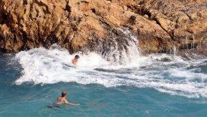 Sivri kayalıklarda tehlikeli deniz keyfi